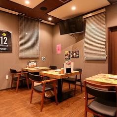 2名掛けのテーブル席は人数に合わせてレイアウト可能です♪大きなモニター完備で送別会や歓迎会など出し物のあるお集まりにも最適です♪お気軽にお問合せください!