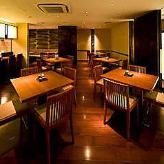オープンキッチンのあるダイニング席。テーブル席がメインの大きなフロアです。鳥どりでは珍しいテーブル席が散りばめられています。気軽さが人気のお席。ご友人同士などわいわいお楽しみください。大人数様には最大50名様までフロア貸し切りも可能です。団体宴会にご活用ください。