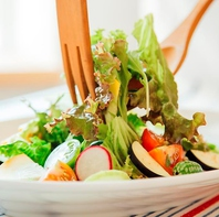 農家さん直送野菜や自社農場の野菜を使用したサラダ