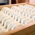 さんじの餃子は一つ一つ手包み。ハッピーアワーで5個180円!!