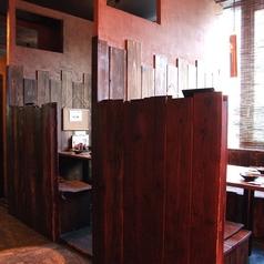 半個室もご用意しました。周りの状況が気になりにくいので快適、とお客様から人気の、2名様~4名様に適したお席となっております。