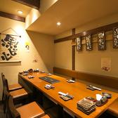 落ち着いた雰囲気のテーブル席です。横一列で10名様まで、フロア全体で18名様までご利用いただけます。飲み会や宴会、女子会、新年会など様々な場面でのご利用が可能です♪京橋で居酒屋をお探しでしたら是非、燈屋 とり然 京橋店をご利用くださいませ!