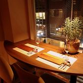 窓側のテーブル席は2席ご用意しております。