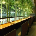 お一人様でもお気軽に!大きなガラスに面したカウンター席は、ライトアップされた竹と、上野の街を眺めながらのお食事をお楽しみいただけます。ゆったりとした雰囲気は、デートや記念日にもぴったり!150分の飲み放題付きコースは全6品4500円からご用意しております。