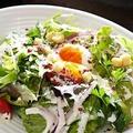 料理メニュー写真グリーンリーフレタスと温玉のシーザーサラダ