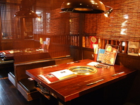 テーブル席は仕切って個室風に。