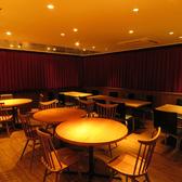 円卓のテーブル席など多数のお席がございます。