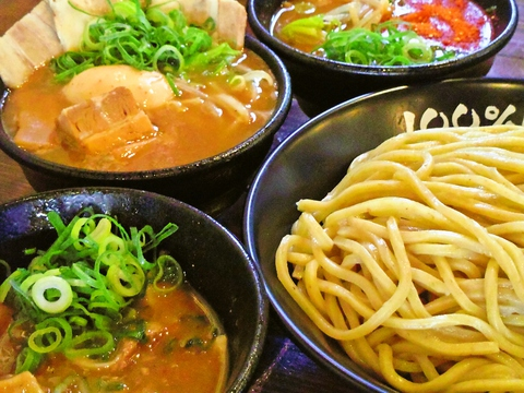 埼玉県産小麦を100%使用した自家製麺はモチモチつるつるの食感。スープによく合う。