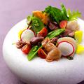 料理メニュー写真ホタルイカと赤貝、炙りホタテと春野菜のサラダ仕立て
