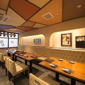 和モダンな雰囲気で、オシャレに丹波黒どり料理を楽しむ。片側ソファーのテーブル席は一列で16名様まで、フロアを貸切で最大24名様までご利用いただけます。飲み会や宴会、女子会、新年会などのご利用に最適です!京橋で居酒屋をお探しでしたら是非、燈屋 とり然 京橋店をご利用くださいませ!