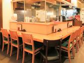入り口入ってすぐのカウンターは、清潔感とカジュアルさがマッチして◎木のテーブルがとってもお洒落♪8名様でお使いいただけます! 総席数62席を完備!ご宴会最大40名様までOK!お席詳細・人数・ご予算など、お気軽にお問い合わせください!※写真は一例です
