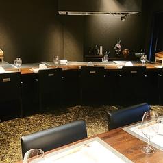 ライブ感あふれる調理がさらに五感をくすぐる鉄板カウンター席。
