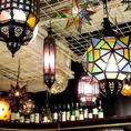 小さなステンドグラスを組み合わせたようなランプや日本ではなかなか見ることができないようなランプがたくさん!お食事だけでなく美術鑑賞もできちゃう!?