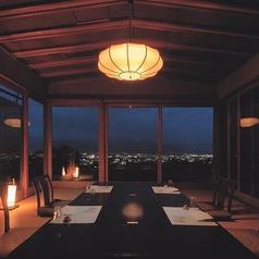 【2名様~6名様までご利用可能です】店名の「雲上閣」の名の通り、高台から善光寺の夜景を一望できる特別な空間。非日常的なお部屋は大切な方とのお慶びのお席や賓客をおもてなしされる際に極上の時間をお過ごしいただます。