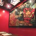 一面広がる真っ赤な壁に、どどんとインパクト大なねぶたの絵画が飾られた「ねぶたの間」。居酒屋宴会と侮るなかれ、いつもの飲み会とは一味違った雰囲気のお部屋で、お仲間のテンションも上がること間違いありません!