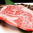 私たちは焼肉の心臓部にあたる原料『肉』にこだわり、上質な黒毛和牛を取り扱っております。徹底的な衛星管理下で生まれる本物を安心・安全に美味しく食べていただくことにこだわります。