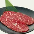 """牛一頭からわずか7kgしかとれない希少部位""""みすじ""""。牛角ではそれをじっくり熟成させました。旨みが凝縮し柔らかな食感が特徴です。価格も690円とお手頃な価格でご提供しております♪"""