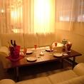 白いソファーのカーテン個室は、まったりとした時間を過ごせます。隣の個室とも繋げられるので、6名から15名様が御利用できます。