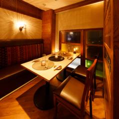 ◆ 2名様~6名様少人数向け◆少人数向けの個室はやさしい照明で落ち着けるお席となっております。プライベート空間で上質なひとときをお過ごしください。飲み会やデートなど多様なシーンにご利用頂けます。