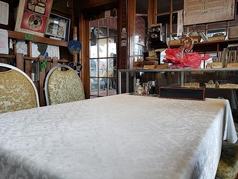 テーブル席も4席あるので、2~8人で来た時もゆっくりと座ってお食事が楽しめます。