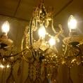 各個室では、シャンデリアの光の下で優雅な時間を過ごせます。