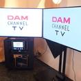 最新機種LIVE DAM STADIUM(ライブダムスタジアム)の特徴は2つのモニターがあること!メインモニターでアーティストのライブシーンを、サブモニターでは盛り上がる観客のシーンを映したり、メイン映像と連動した映像をサブモニターに表示したり、今までのカラオケを超えた楽しみ方ができます♪