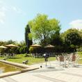 緑地公園内の豊かな緑に囲まれたロケーションです。