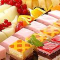 料理メニュー写真季節のフルーツ盛り合わせ&6種のプティケーキ盛り合わせ