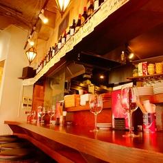 【活気のある雰囲気】ワイワイ楽しく飲める、これぞ「バル」的な席.