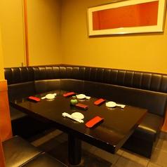 寿司屋には珍しいソファータイプのボックス席がございます。接待利用などにオススメとなっております♪ご家族でも是非ご利用くださいませ。
