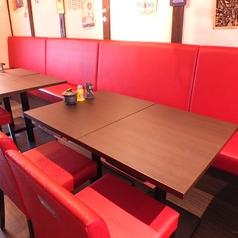 【2階:テーブル】赤を基調としたテーブル席。すでにお客様がおられる場合はカウンターでご利用いただく場合がございます。ご了承下さい。