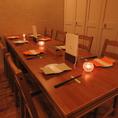 テーブル席は最大16名様まで。カップルでのデートや、女子会に◎2/4/6/8/10/12/14/16席と多彩なテーブルレイアウトが可能です。大小個室とテーブル席を織り交ぜた落ち着いた空間と、渾身のお料理の数々。またスタッフの方の隅々まで行き届いた気配りで上質な時間をお過ごしいただけます。