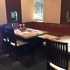 4名様用のテーブル席です。シェアしやすい盛り合わせセットもございます。
