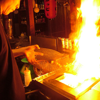【自慢の炭火焼き】目の前で調理してくれるので迫力あり