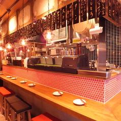 【カウンター】オープンキッチンが目の前のカウンター席は、1人飲みに最適です。おいしい料理と日本酒をお楽しみください。