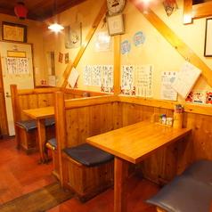 4名掛けのテーブル席は2名様~ご利用頂けます。
