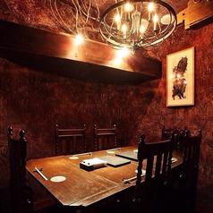 アンティークのシャンデリアが輝く豪華な空間。人気座席の為、ご予約をお勧め致します。