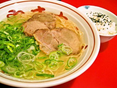 歌舞伎座の裏手に位置するラーメン店。毎日麺とネギを博多から空輸しています。