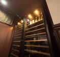 """特注で造られたワインセラーには100種類のワインがずらり…。多湿度セラーと貯蔵用セラーの2種のセラーが、常に""""一番美味しい""""状態をキープしています。 美味しいお肉とそれに合うワインをゆっくりとご堪能ください。"""