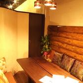 室内は温かい雰囲気の照明が照らしています。