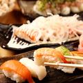 料理メニュー写真オニオンサーモン握り寿司〈五貫〉/寿司盛り合わせ〈五貫〉/マグロ山盛りのっけ寿司〈五貫〉