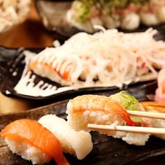 オニオンサーモン握り寿司〈五貫〉/寿司盛り合わせ〈五貫〉/マグロ山盛りのっけ寿司〈五貫〉