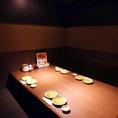 個室感漂うテーブル席。暗めの落ち着き◎