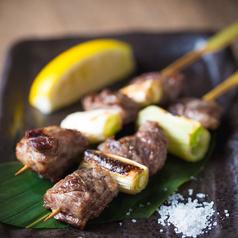 料理メニュー写真黒毛和牛の串焼き(2串)