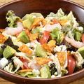 料理メニュー写真海老とアボカドのチョップドサラダ