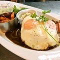 料理メニュー写真ベーコンエッグのせデミグラスハンバーグプレート