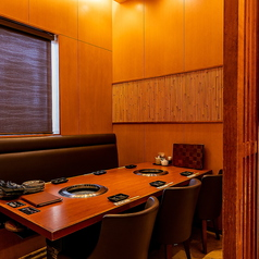 木目と竹が織りなすナチュラルカラーの内装が優しい雰囲気を醸し出す、2~6名様でご利用いただける完全個室。他のお客様の目を気にせずにお食事や会話を楽しめるこちらのお席は、会食やご接待などのプライベート感を重視したいシーンにも最適です。