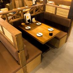 にぎやかな店内の中、ゆったりお寛ぎ頂けるボックス席は仲間との会話も弾みます♪