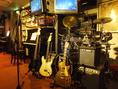 ギターアンプ2台、ベースアンプ1台。他にもフォークギターやエレアコ、ドラムやカホンなどもあります!ピアノもあります