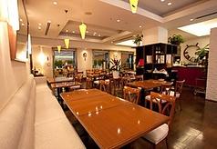店内は木目調のテーブルとイスと、白いソファがスタイリッシュ。